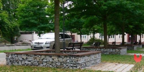 gabion benker med stein og treverk i parkområde