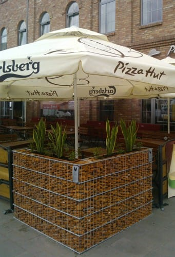 gabion blomsterbed utenfor pizza hut