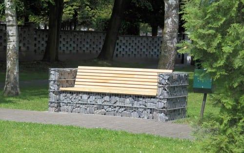 sofa i gabion med treverk og grå stein